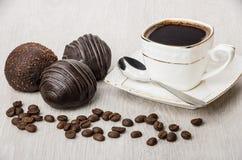Шоколадный торт, разбросанные кофейные зерна и горячий кофе на таблице Стоковая Фотография RF