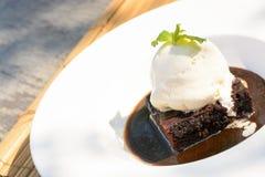 Шоколадный торт с горячим fudge Стоковые Фотографии RF