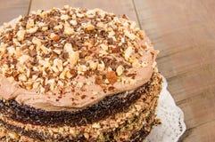 Шоколадный торт с замораживать и отбензиниванием фундука Стоковая Фотография RF
