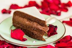 Шоколадный торт с марципаном, лист красной розы Стоковые Изображения
