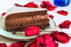 Шоколадный торт с марципаном с лепестками красной розы Стоковое Изображение