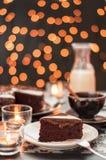 Шоколадный торт с расплывчатыми светами рождества. Стоковое Изображение RF