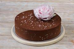 Шоколадный торт с цветком вафли бумажным Стоковые Изображения RF