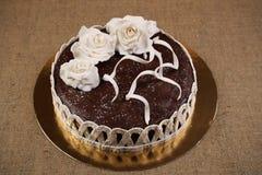 Шоколадный торт украсил белые цветки помадки стоковые изображения