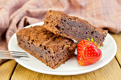 Шоколад пирога с клубниками в плите на борту Стоковая Фотография RF