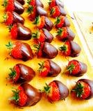 Шоколад погружения клубник в Бельгии Стоковое фото RF