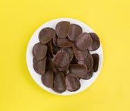Шоколад покрыл хрустящие корочки риса на плите Стоковые Изображения