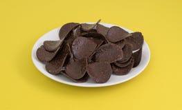 Шоколад покрыл хрустящие корочки риса на плите Стоковое фото RF