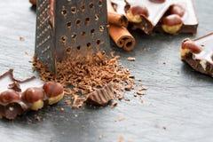 Шоколад при гайки заскрежетанные на терке Стоковые Фото
