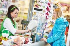 Шоппинг Заканчивать в магазине супермаркета Стоковое фото RF