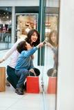 Шоппинг Молодые мать и ребенк с сумками в моле Стоковые Фотографии RF