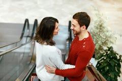 Шоппинг Пары на эскалаторе в торговом центре Стоковые Фотографии RF