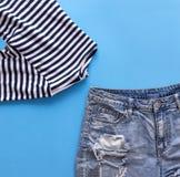 Шорты джинсовой ткани голубые, striped голубая одежда ` s женщин жилета на голубом ба Стоковые Фотографии RF