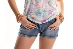 Шорты джинсовой ткани женщины вкратце Стоковые Изображения