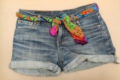 Шорты джинсовой ткани с поясом шарфа Стоковая Фотография