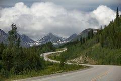 Шоссе Аляски между озером Уотсон к Whitehorse, Юкону, может стоковая фотография rf