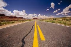 Шоссе 163, бесконечная дорога, пик Agathla, Аризона, США Стоковые Изображения RF