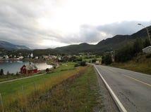 Шоссе гавани E6 городка фьорда Talvik Норвегии стоковое изображение