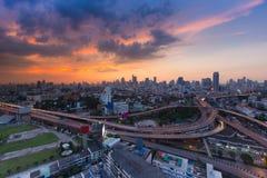 Шоссе города взаимообменяло с центральными wi пересечения к центру города backgroundAerial взгляда дела Бангкока города предпосыл Стоковая Фотография