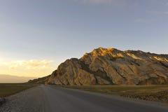 Шоссе горы на сумраке стоковые фото