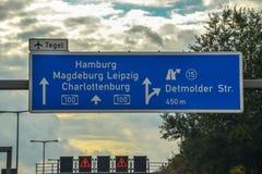 Шоссе голубое подписывает внутри Берлин Стоковая Фотография