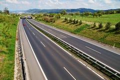 Шоссе коридора с переходом для животных, в автомобиле красного цвета расстояния 3 Стоковые Фотографии RF