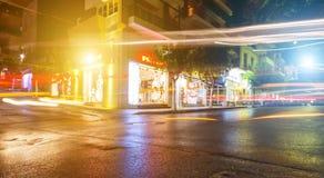 Шоссе мегалополиса на ноче с следами и движением света стоковые фотографии rf