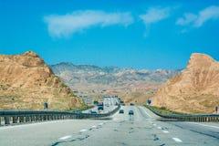 Шоссе между покрашенными горами в провинции Zanjan, Иране стоковые изображения