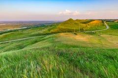 Шоссе между зелеными холмами Стоковые Изображения