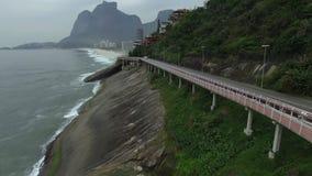 Шоссе морем Чудесный путь дороги и велосипеда След велосипеда и дороги и рядом с голубым морем в городе Рио-де-Жанейро акции видеоматериалы