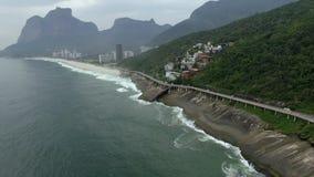 Шоссе морем Чудесный путь дороги и велосипеда След велосипеда и дороги и рядом с голубым морем в городе Рио-де-Жанейро сток-видео