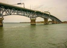Шоссе над рекой Йорка соединяет Yorktown с другими частями Вирджинии, США стоковые фотографии rf