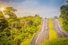 Шоссе наклона с солнечностью и зеленым островком безопасности Майна 4 Стоковая Фотография