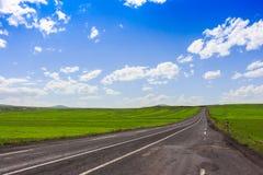 Шоссе, открытые взгляды и солнечная погода к перемещению стоковая фотография rf