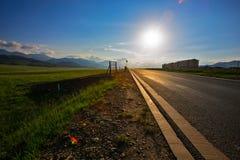 Шоссе пересекая луг плато стоковое изображение