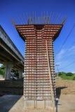 Шоссе под конструкцией, конкретной пристанью моста с видимыми трассировками рамок в месте строительства моста Стоковые Изображения RF