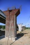Шоссе под конструкцией, конкретной пристанью моста с видимыми трассировками рамок в месте строительства моста Стоковые Фото