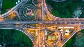 Шоссе, скоростная дорога, шоссе, путь пошлины на ноче, виде с воздуха внутри стоковое фото rf