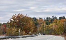 Шоссе страны в осени ярко покрасило деревья, автомобили стоковое изображение rf