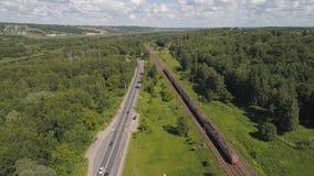 Шоссе с автомобилями и железная дорога с поездом Стоковая Фотография