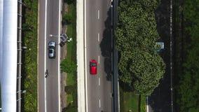 Шоссе с движением в megapolis, показывает осложненное занятое пересечение дороги соединения и зеленые поля видеоматериал