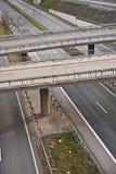 Шоссе с сериями автомобиля в движении Стоковые Изображения RF
