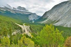 Шоссе через канадские скалистые горы вдоль бульвара Icefields между Banff и яшмой Стоковые Фотографии RF