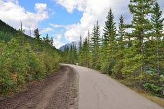 Шоссе через канадские скалистые горы вдоль бульвара Icefields между Banff и яшмой Стоковое Изображение