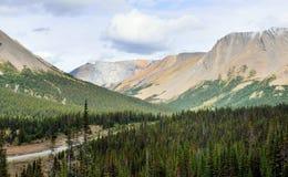 Шоссе через канадские скалистые горы вдоль бульвара Icefields между Banff и яшмой Стоковые Фото