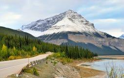 Шоссе через канадские скалистые горы вдоль бульвара Icefields между Banff и яшмой Стоковая Фотография RF