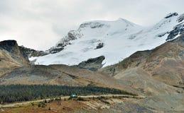 Шоссе через канадские скалистые горы вдоль бульвара Icefields между Banff и яшмой Стоковые Изображения RF