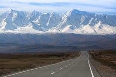 Шоссе Chuya на гребне севера-Chuya горы, горах Altai Стоковые Фото