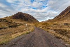 Шотландская дорога гористой местности исчезая к расстоянию Стоковая Фотография RF