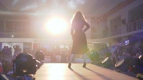 Шоу дефила, профессиональные модели женские в collectible прогулки платья вниз с взлетно-посадочной дорожки во время представлени сток-видео